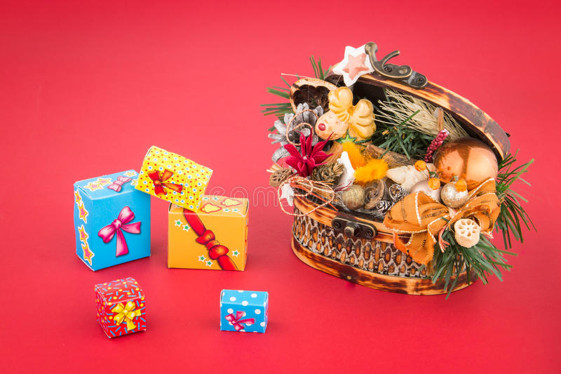 Askar för för julgarneringkista och gåva på röd bakgrund royaltyfria bilder