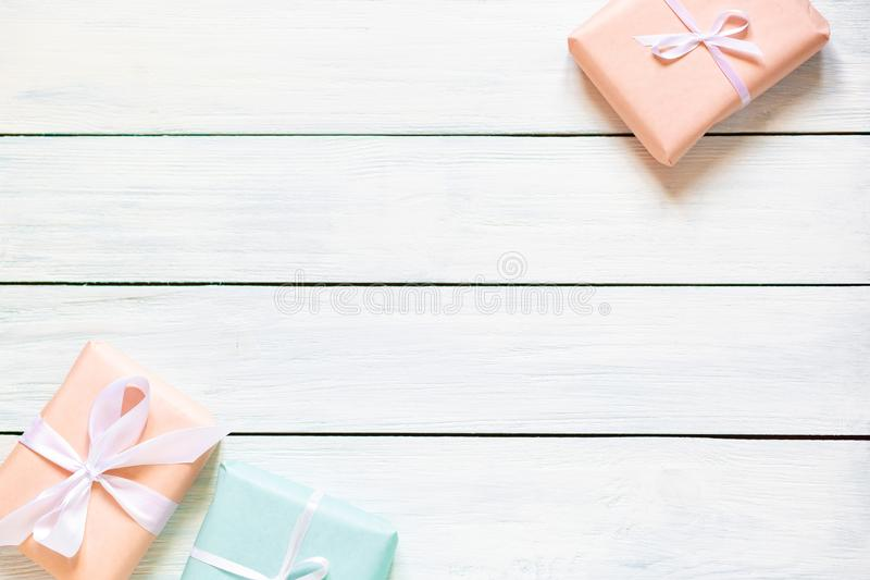 Askar för persika- och mintkaramellfärggåva på vit träbakgrund Naturlig lampa Det fria stället för din textlägenhet lägger royaltyfri bild