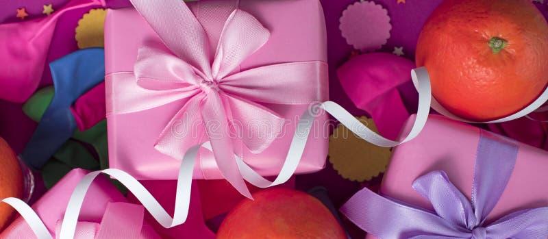 Askar för sammansättning tre för baner bugar dekorativa med gåvasatängbandet partiet för födelsedagen för apelsinkonfettier det s royaltyfri fotografi