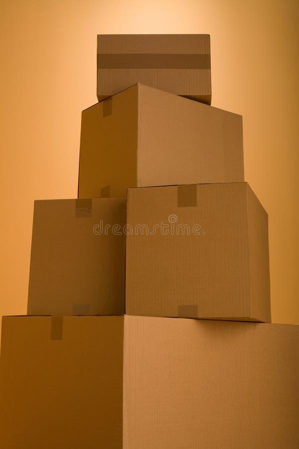 Askar i ett tomt rum arkivfoto