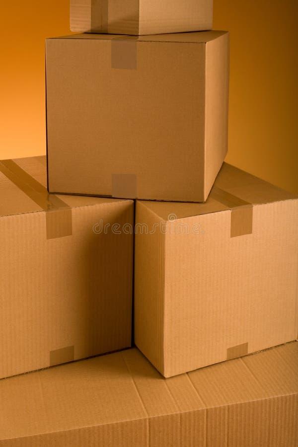 Askar i ett tomt rum arkivfoton