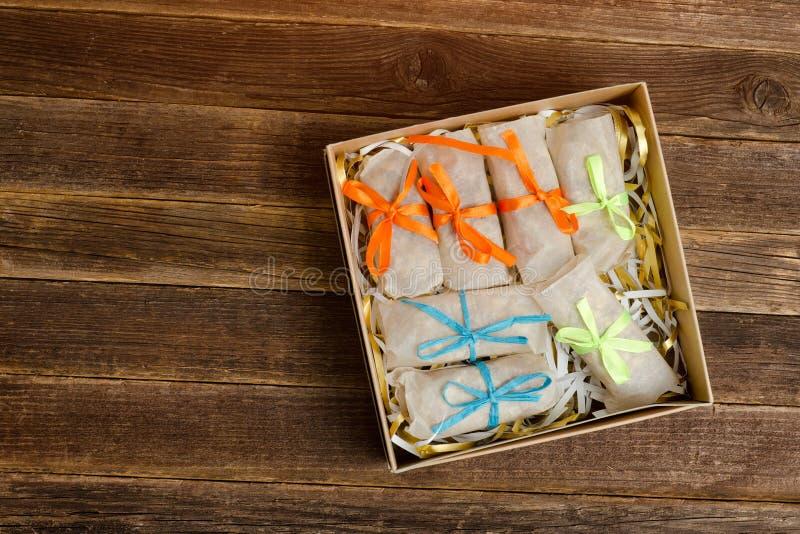 Askar med emballerade sötsaker barten table trä placera text fotografering för bildbyråer