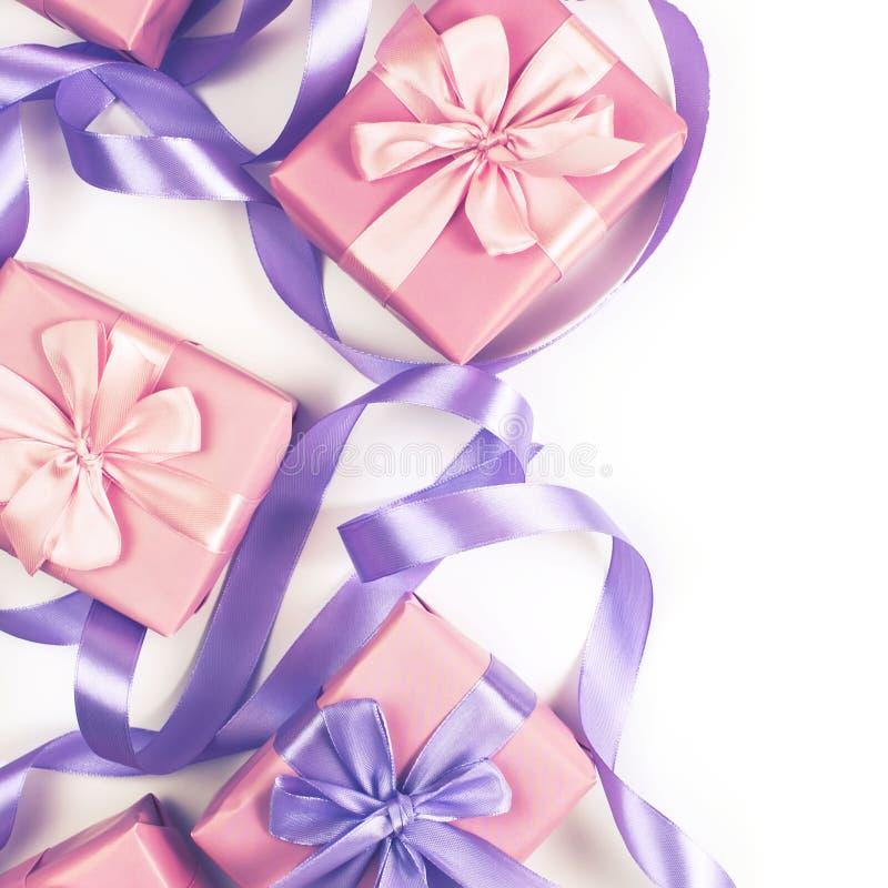 Askar med gåvor för valentin för feriefödelsedagjul rosa färgerna för dag på lekmanna- fyrkant för vit för bakgrund lägenhet för  arkivbilder