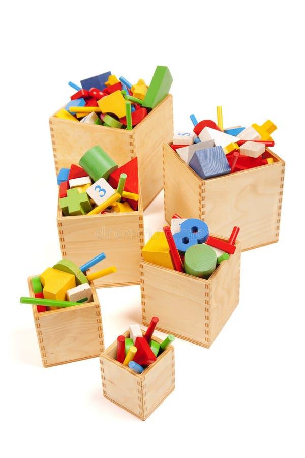 Askar med mycket många leksaker arkivfoto