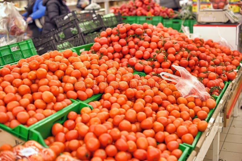 Askar med nya tomater royaltyfria foton