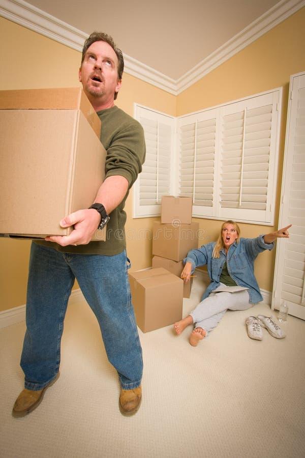 askar som begär mannen som flyttar den belastade frun arkivbilder