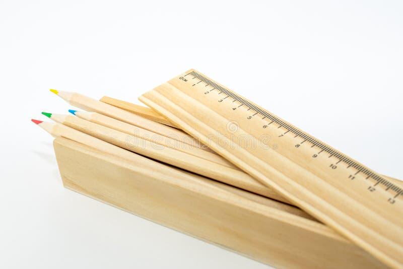 Asken av trä färgade blyertspennor som isolerades på vit bakgrund arkivfoton