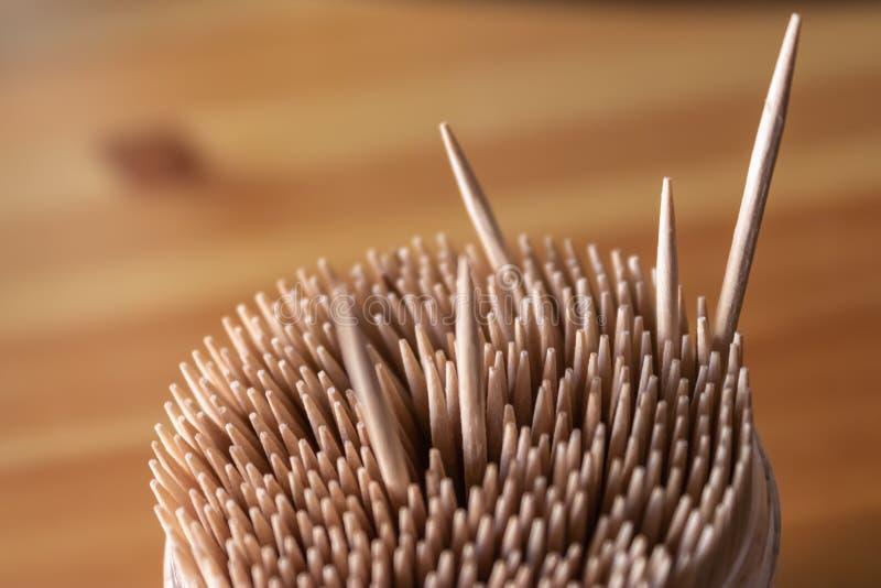 Asken av trätandpetare med några tandpetare som ut står royaltyfri foto