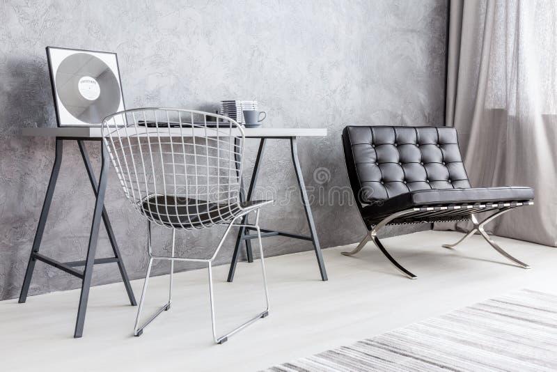 Asket aber stilvoller Dekor eines modernen apartment& x27; s-Büroecke lizenzfreie stockfotos