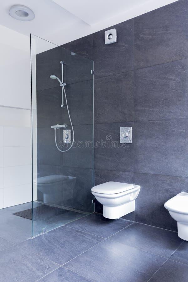 Asketisches Badezimmer, das Glas und Granit kombiniert stockfotografie