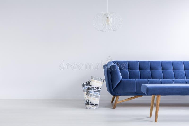 Asketisches Wohnzimmer mit Sofa lizenzfreie stockbilder
