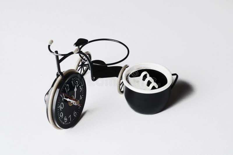 Askfat i form av en cykel p? en vit bakgrund kopiera avst?nd arkivbild