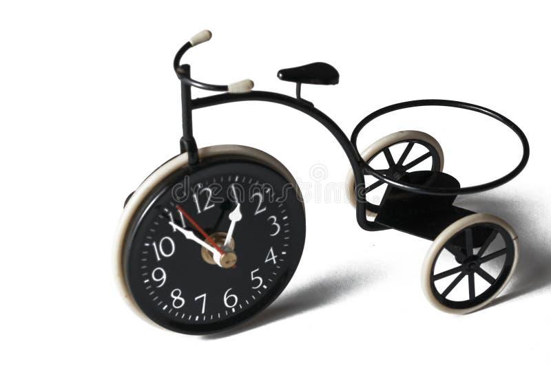 Askfat i form av en cykel p? en vit bakgrund kopiera avst?nd fotografering för bildbyråer