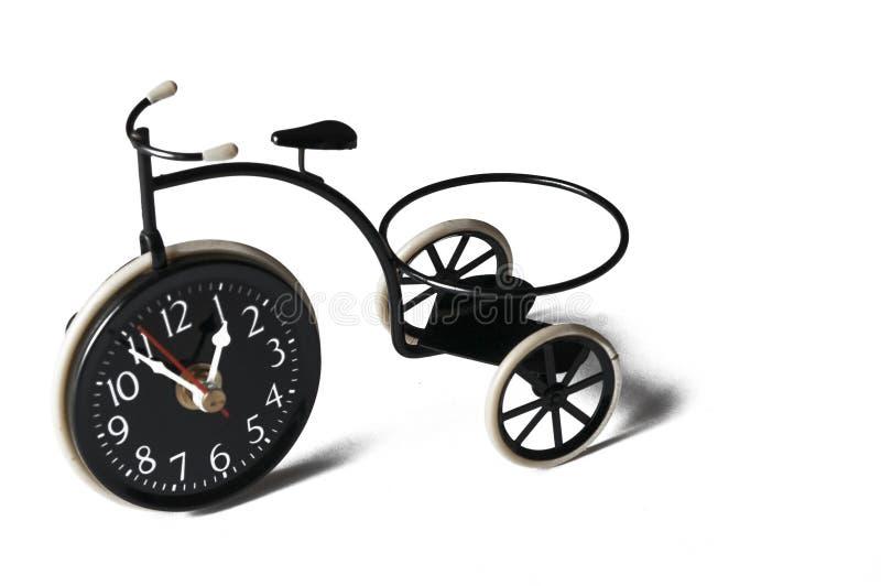 Askfat i form av en cykel p? en vit bakgrund kopiera avst?nd arkivfoton
