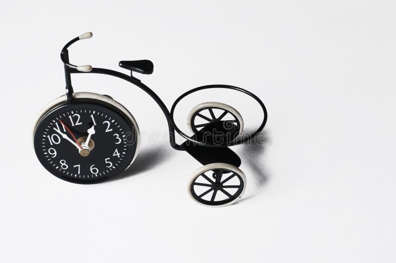 Askfat i form av en cykel p? en vit bakgrund kopiera avst?nd royaltyfri foto