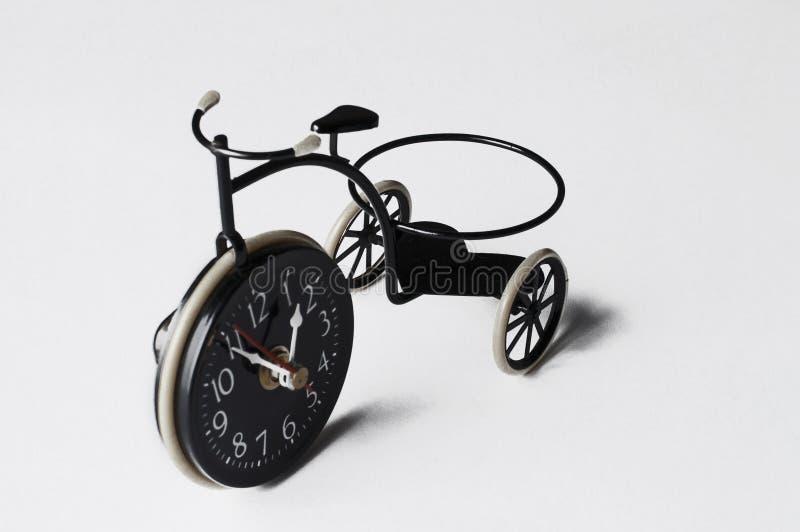 Askfat i form av en cykel p? en vit bakgrund kopiera avst?nd arkivbilder