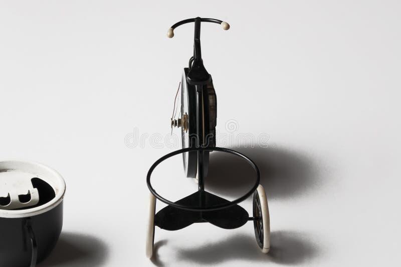 Askfat i form av en cykel p? en vit bakgrund kopiera avst?nd royaltyfri bild