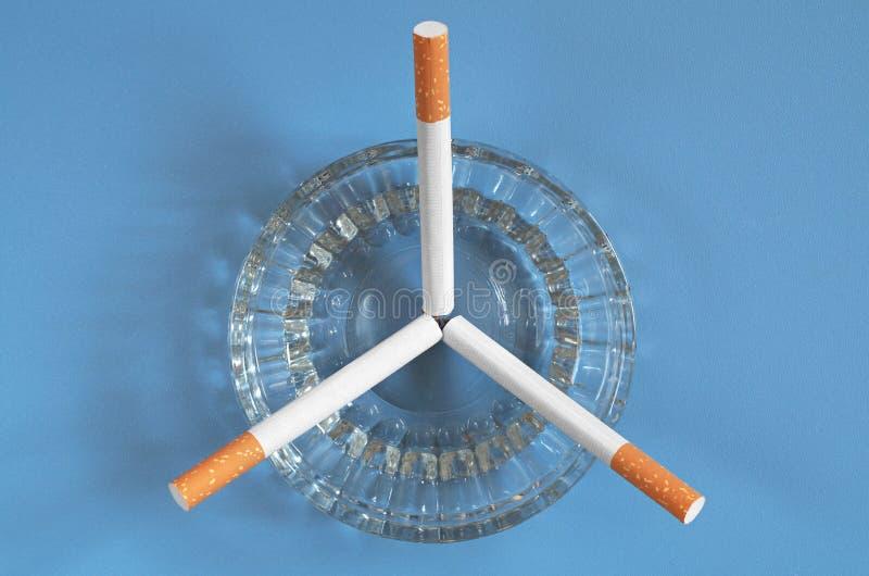 Download Askfat med cigaretter arkivfoto. Bild av exponeringsglas - 76701482