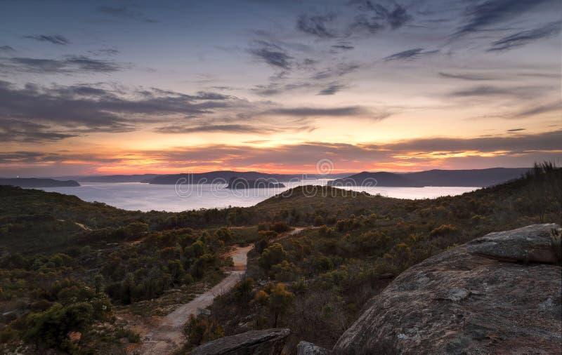 Askhuvudsikter till den brutna fjärden och Pittwater efter solnedgång royaltyfri foto