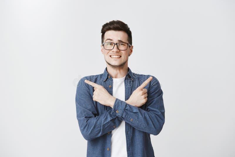 askign帮助对的人选择了在两个选择在身体的指向微笑的逗人喜爱和友好的横渡的手之间斜向一边上升 图库摄影