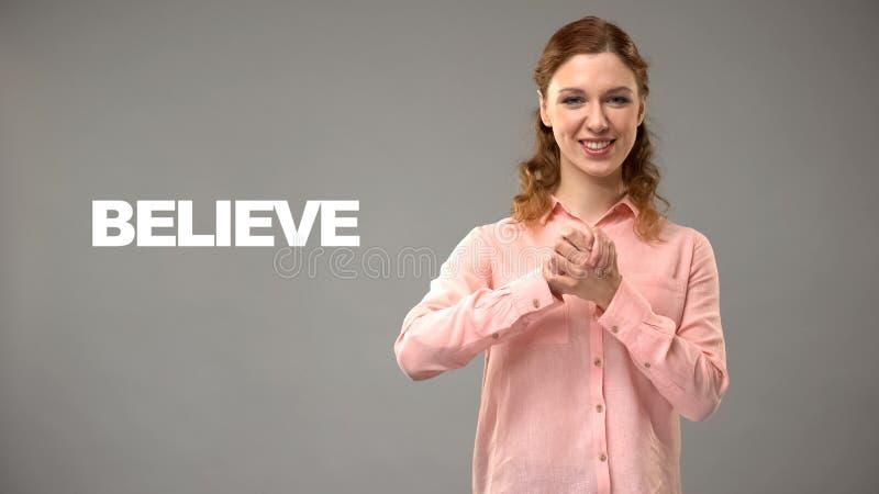 ASL-leraar het gesturing gelooft, tekst op achtergrond, mededeling voor doof, hulp royalty-vrije stock afbeelding