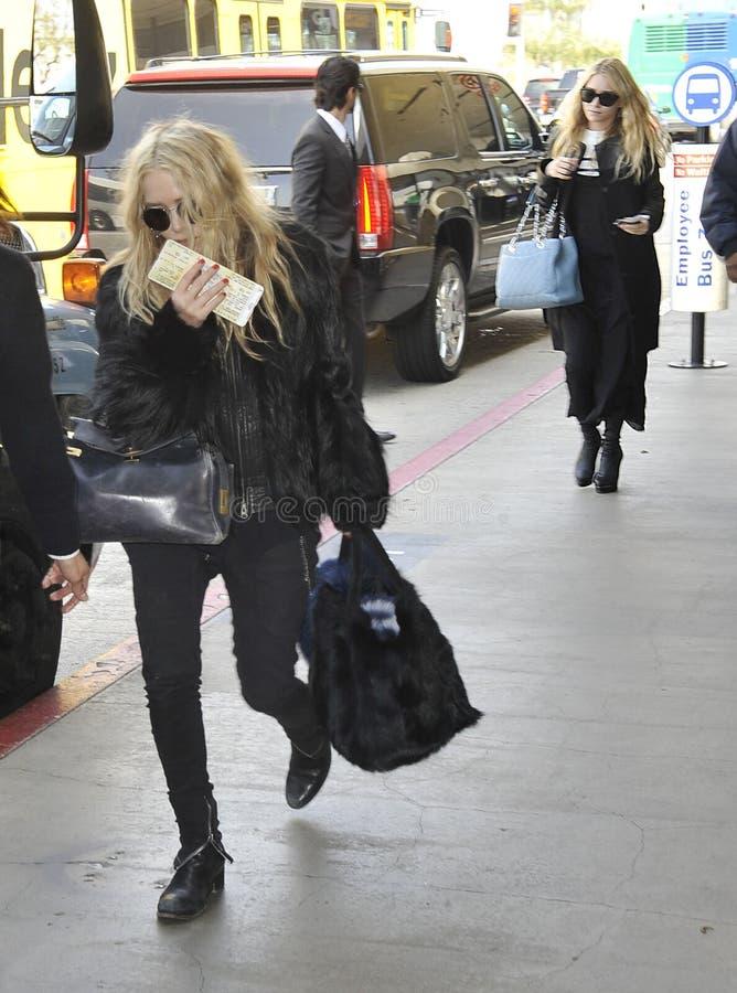 Asley & Mary Kate Olsen no aeroporto RELAXADO, Califórnia imagens de stock