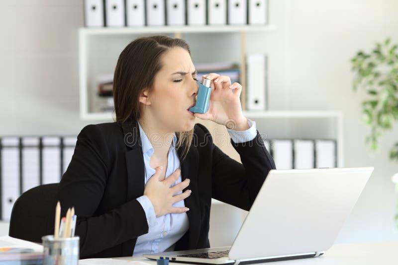 Asmathic utövande inhalation med en astmainhalator arkivbilder
