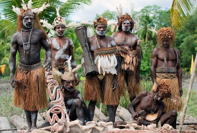 Asmats huvudjägare och träsnidare royaltyfri bild