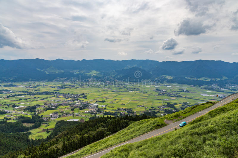 Aso by och åkerbrukt fält i Kumamoto, Japan royaltyfria bilder