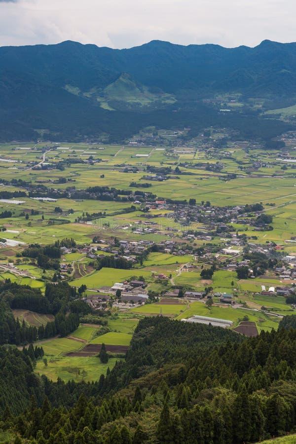Aso by och åkerbrukt fält i Kumamoto, Japan arkivbilder