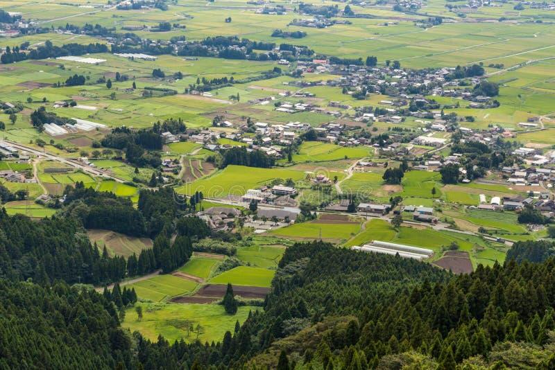 Aso by och åkerbrukt fält i Kumamoto, Japan arkivfoton