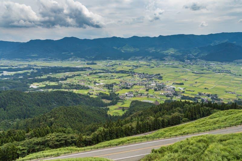 Aso by och åkerbrukt fält i Kumamoto, Japan arkivfoto
