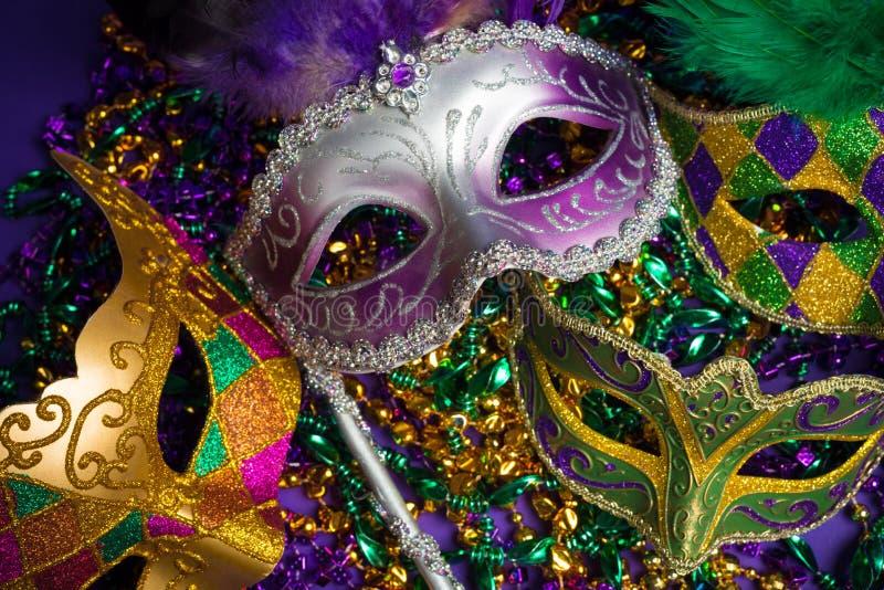Asortowana ostatków lub Carnivale maska na purpurowym tle fotografia royalty free
