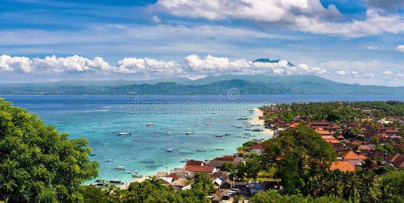 Asortowane łodzie unosi się z plaży na Nusa Lembongan, Bali, Indonesia obrazy royalty free