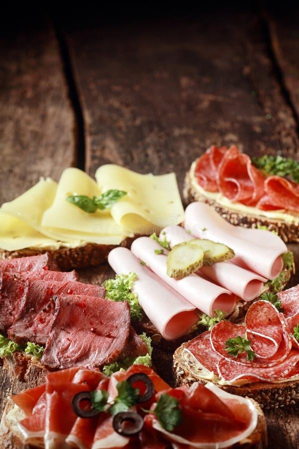 Asortowane mięsa i sera kanapki fotografia royalty free