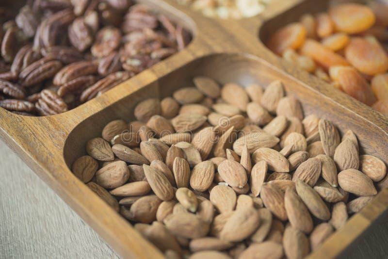 Asortowane organicznie dokrętki i wysuszone owoc w drewnianym pudełku zdjęcia stock