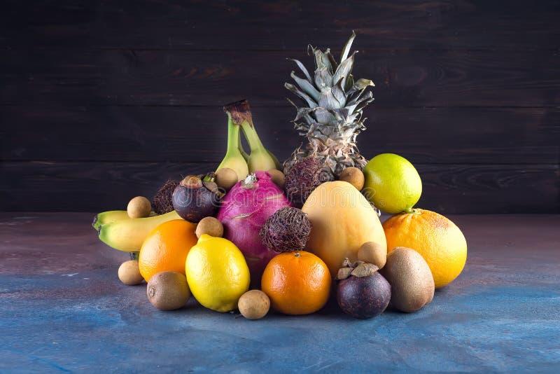 Asortowane tropikalne owoc, pomarańcze, Ananas, ananas, wapno, mango, smok owoc, pomarańcze, Banan, bliźniarka lub lichi, dalej fotografia royalty free
