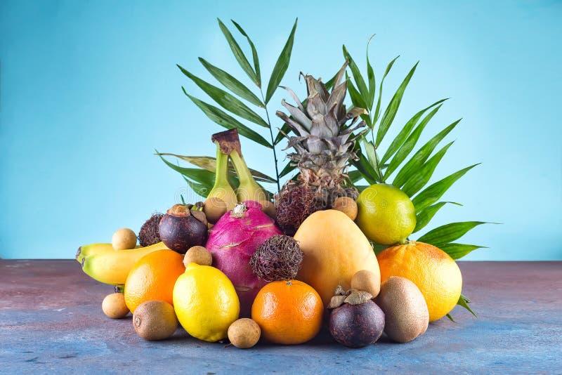 Asortowane tropikalne owoc, pomarańcze, Ananas, ananas, wapno, mango, smok owoc, pomarańcze, Banan, bliźniarka lub lichi, dalej obraz stock