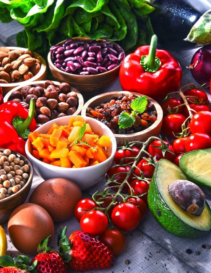 Asortowani żywność organiczna produkty na stole zdjęcia stock