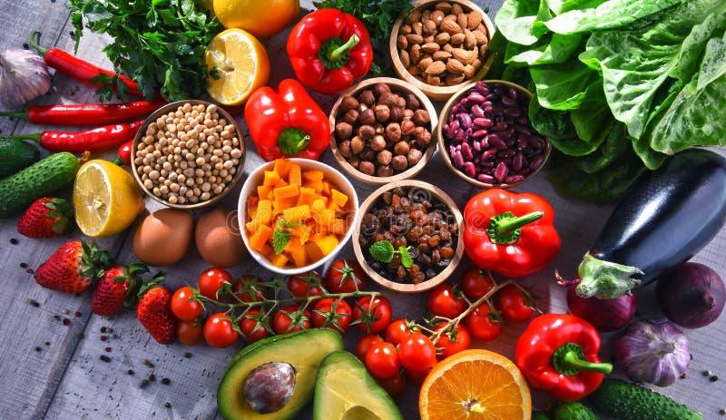 Asortowani żywność organiczna produkty na stole fotografia royalty free
