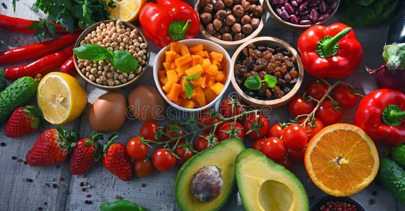 Asortowani żywność organiczna produkty na stole obraz stock