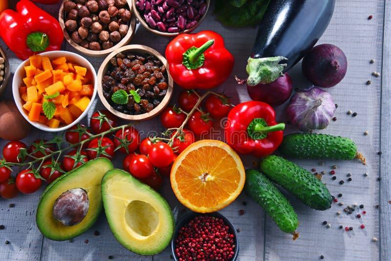 Asortowani żywność organiczna produkty na stole zdjęcia royalty free