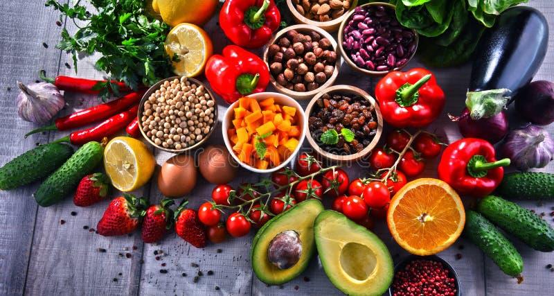 Asortowani żywność organiczna produkty na stole obraz royalty free