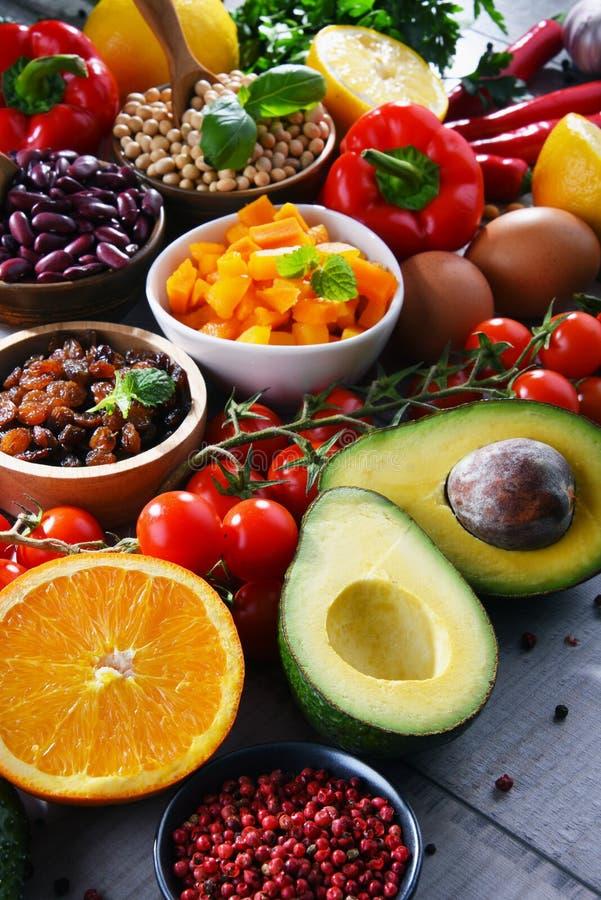 Asortowani żywność organiczna produkty na stole zdjęcie royalty free