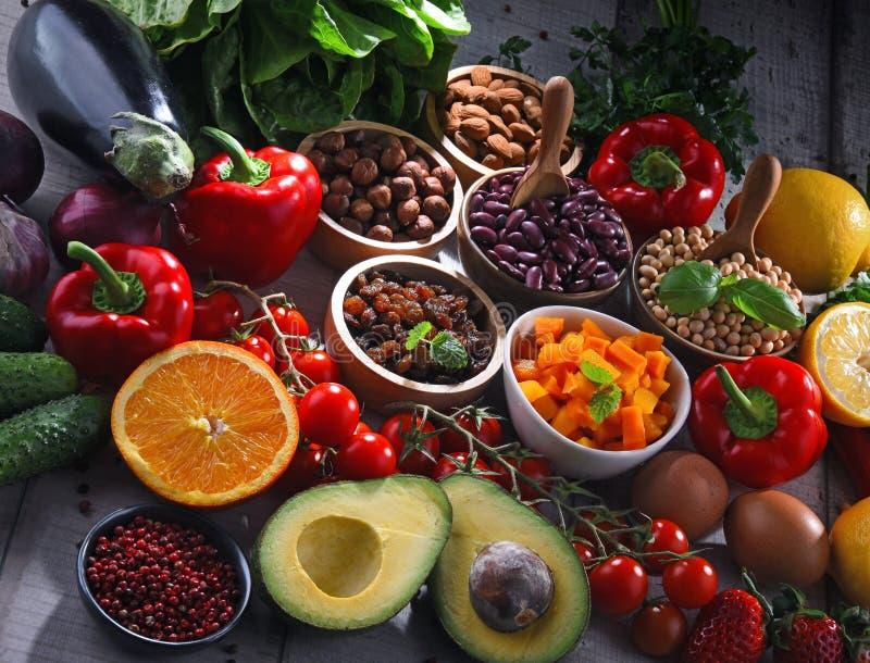 Asortowani żywność organiczna produkty na stole fotografia stock