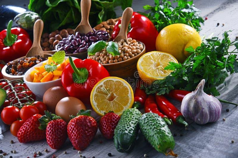 Asortowani żywność organiczna produkty na stole obrazy stock