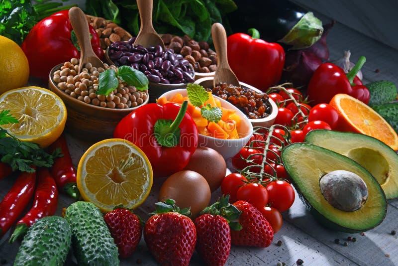 Asortowani żywność organiczna produkty na stole zdjęcie stock