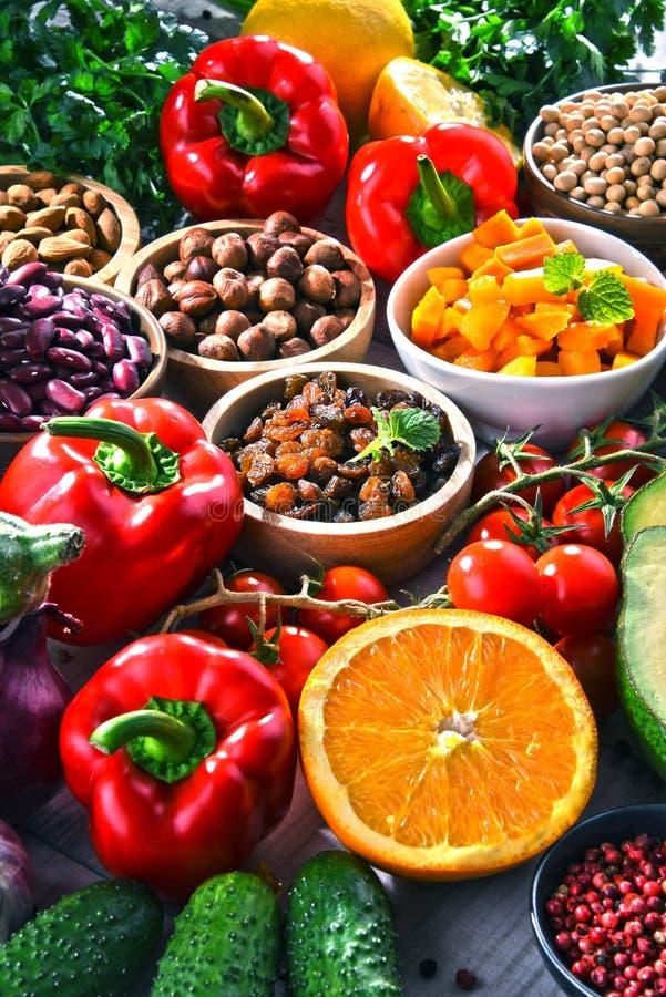 Asortowani żywność organiczna produkty na stole obrazy royalty free