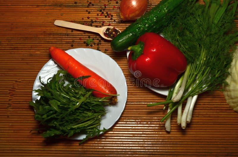 Asortowani świezi warzywa na bielu Zdrowego Zielonego jedzenia łasowania Czystego wyboru Proteinowy źródło dla jaroszy obrazy stock
