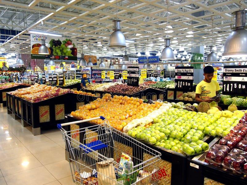 Asortowani świezi owoc i warzywo sprzedający przy sklepem spożywczym fotografia stock
